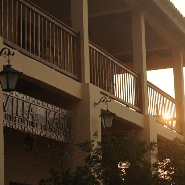 Lamppu roikkuu rakennuksesta ja kyltissä lukee Villa Karo.