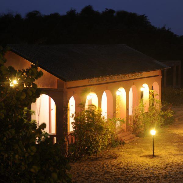 Pimeä kuva. Rakennuksessa on valot päällä. Rakennuksen ulkopuolella olevat valot ovat päällä.