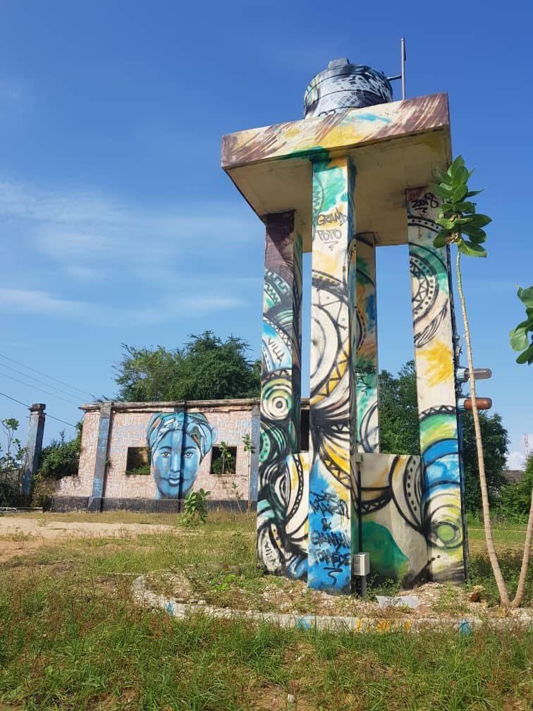 Kaksi rakennusta, joissa molemmissa on grafittia.