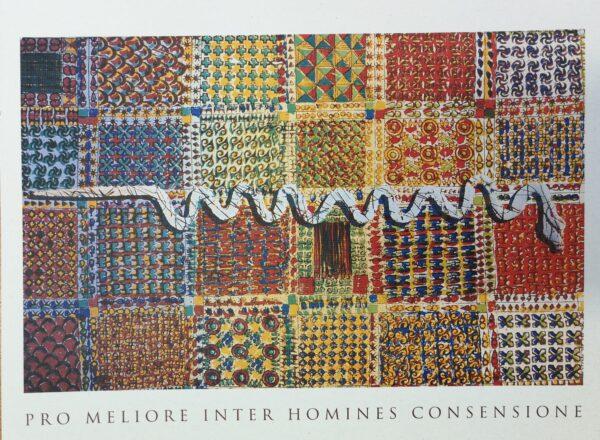 Kuvassa on abstrakti taideteos, joka kuvaa kangastilkkujen tapaisia neliöitä. Keskellä näitä tilkkuja on valkoinen käärme, joka luikertelee.